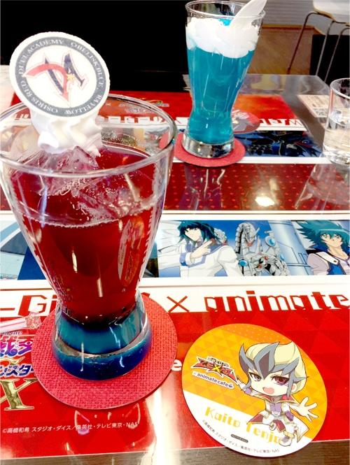 『遊☆戯☆王』シリーズ誕生20周年記念カフェ 明日香、レイのクランベリーピーチドリンク